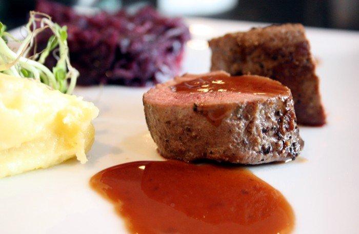 hirsch steaks an rotkraut und kartoffelp ree mit preiselbeerso e kochen f r angeber. Black Bedroom Furniture Sets. Home Design Ideas