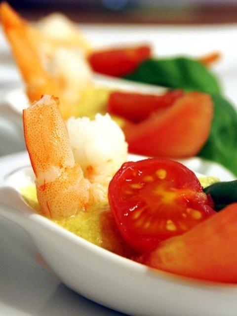 Eingelegte Kirschtomate an Scampi und Basilikum auf Kartoffel-Curry-Schaum