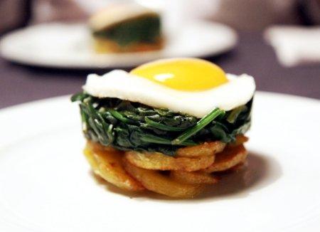 Bratkartoffeln, Spinat und Spiegelei schön angerichtet