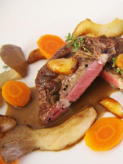 Steak, Essigklöße, Kräuterseitlinge, Karotten und kandierter Knoblauch