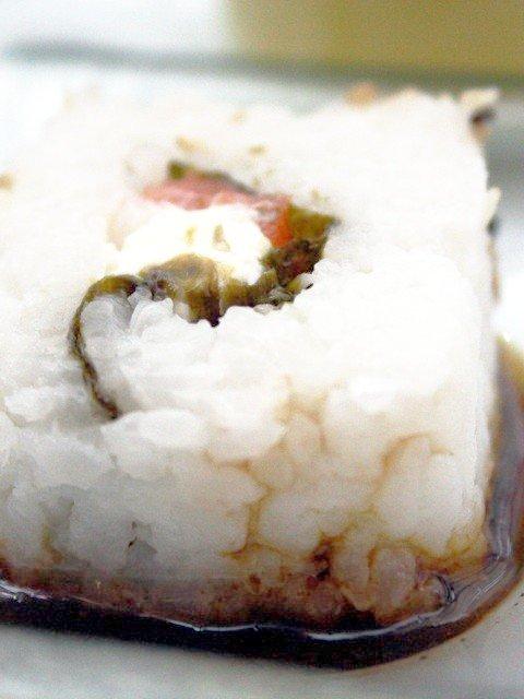 Sushi von Wildlachs mit Frischkäsecrème und Sesam an Ingwer-Sojasauce
