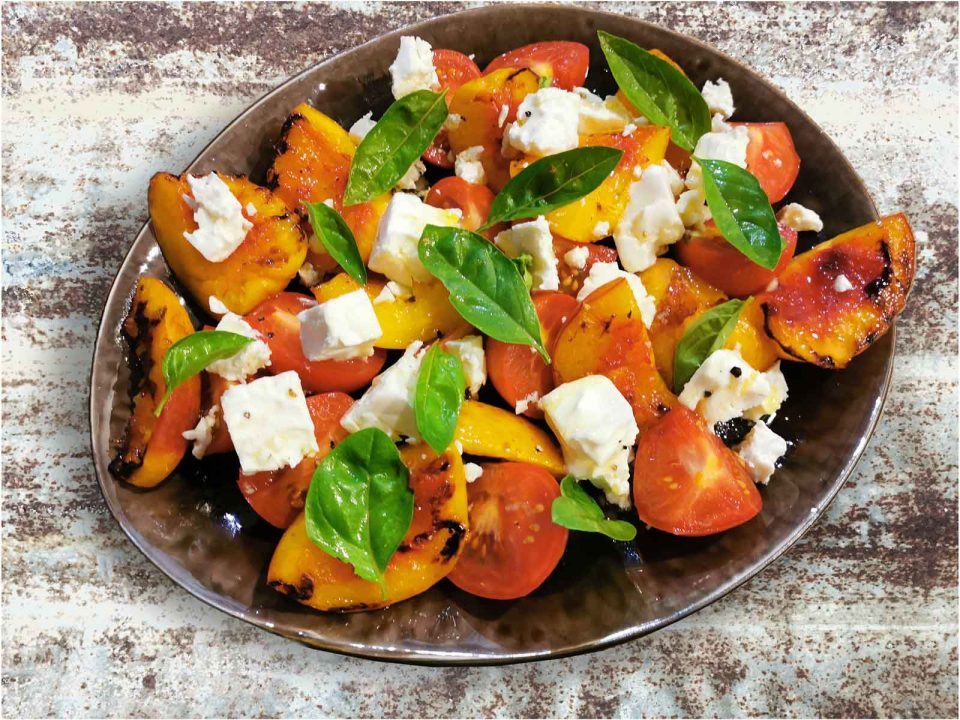 Gegrillter Pfirsich, Tomaten, Feta, Basilikum